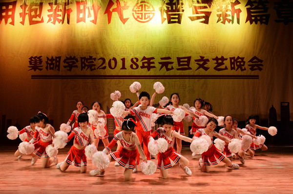 大学生艺术团舞蹈《万物生》民族色彩浓郁;男女声二重唱《家和万事兴